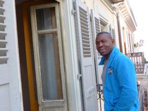 """Boubacar pose pour l'émission """"A l'abordage"""" chez lui à Vevey où il vit avec sa famille. Un portrait diffusé le 14.11.19 sur les ondes de la Radio suisse La 1ère."""
